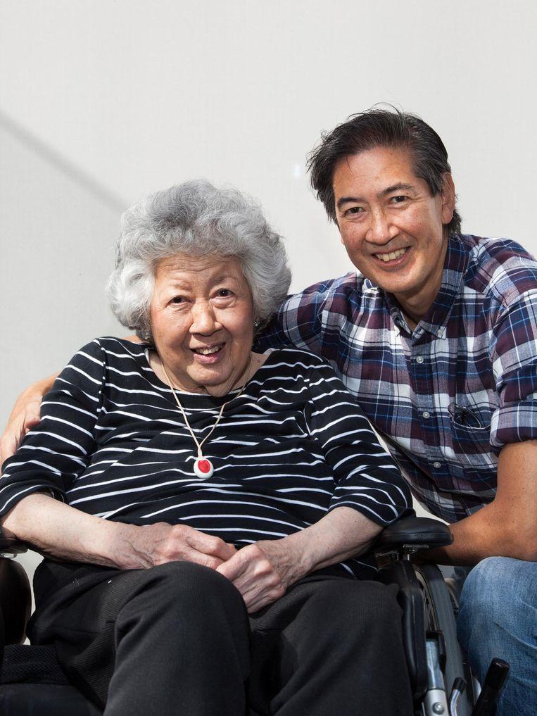 Yung (57) over zijn moeder Wen Han (83): 'Vorig jaar was ze er erg slecht aan toe. We dachten dat ze doodging.' Beeld Adriaan van der Ploeg