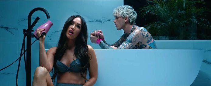 Megan Fox en Machine Gun Kelly in de videoclip van z'n muziekvideo 'Bloody Valentine'