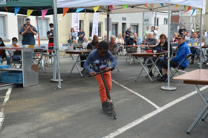 De Blokbusters, een radio- en tv-show voor en door de buurtbewoners van de Pollarewijk. Jonathan, die op 1 juli net tien jaar was geworden, mocht zijn skills op de step tonen.