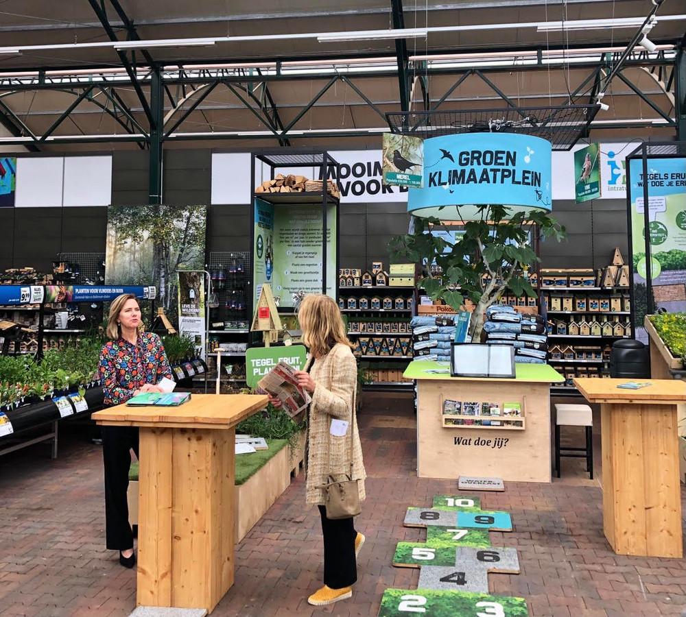 Demissionair minister Cora van Nieuwenhuizen bij een groen klimaatplein.