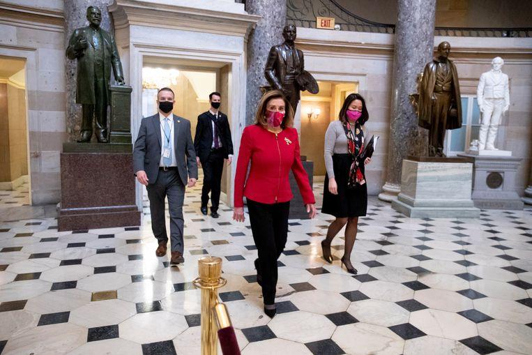 Nancy Pelosi (midden) in het Capitool. Tijdens de bestorming van het gebouw begin deze maand werd haar laptop gestolen. Beeld EPA