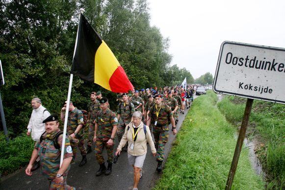 Een sfeerbeeld van een vorige editie. Op 20 augustus start de 47ste jaargang opnieuw in Koksijde. Het leger en de burgers stappen naast elkaar.
