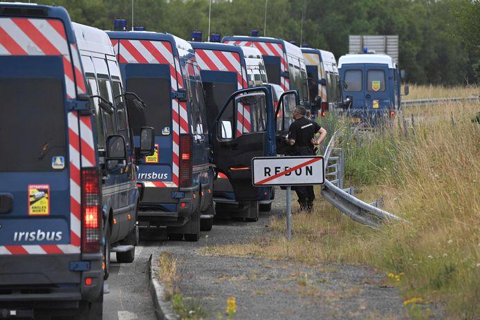 """Topshot - I gendarmi francesi si trovano su una strada vicino a Redon, nel nord-ovest della Francia, il 19 giugno 2021, mentre intervengono per prevenire una festa delirante illegale, iniziata nella notte tra il 18 giugno e il 19 giugno 2021. - Cinque gendarmi sono rimasti feriti durante l'intervento per smantellare una festa delirante Illegal a Redon (Il-e-Villain) e un giovane partecipante """"Il 22enne ha perso una mano""""La mattina del 19 giugno 2021, ha annunciato il governatore dell'Ile-e-Velain Emmanuel Bertier. """"La polizia ha incontrato individui violenti che si sono rifiutati di lasciare l'edificio per diverse ore."""" Detto 19 giugno 2021 (Foto di LOIC VENANCE / AFP)"""