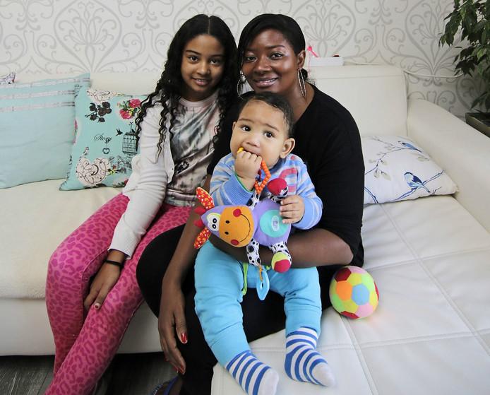 Kassandra samen met haar kinderen.