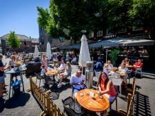 Twentse terrassen stromen vol na heropening horeca: rijen in Hengelo en timelapse van Enschede