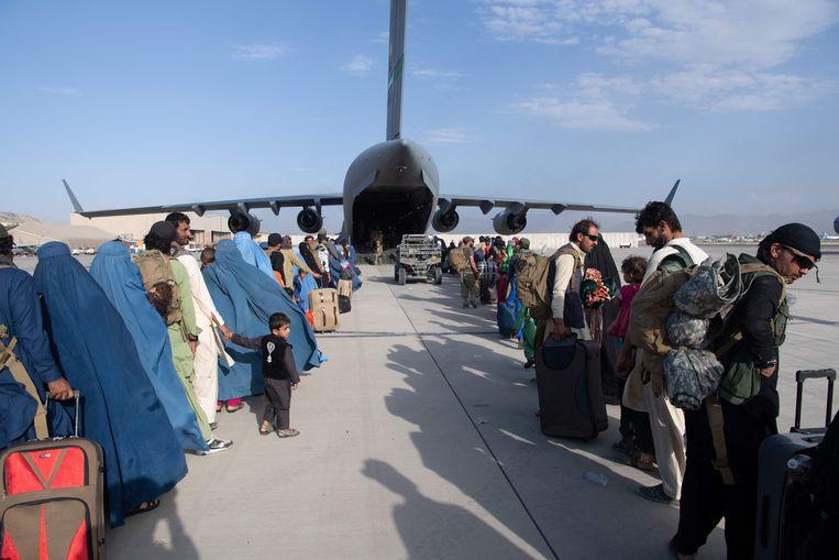 Wachtrij voor een Amerikaans toestel op Hamid Karzai International Airport. Beeld AFP