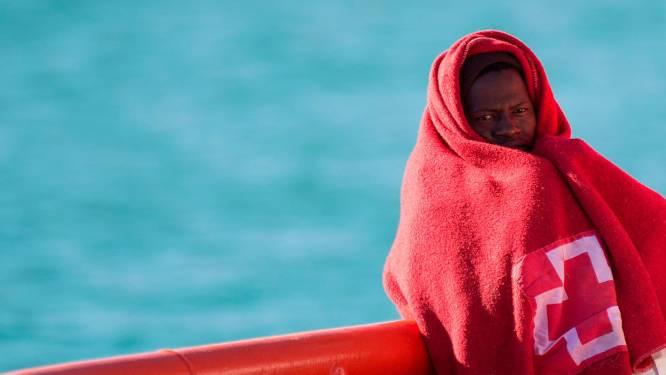 Vluchtelingen proberen met zelfgemaakte bootjes Spanje te bereiken