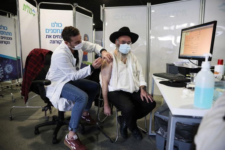 Bij de ultraorthodoxe Joodse gemeenschap, die bijzonder hard getroffen wordt door het virus, lijken de reserves tegen vaccinering weg te ebben. Beeld EPA