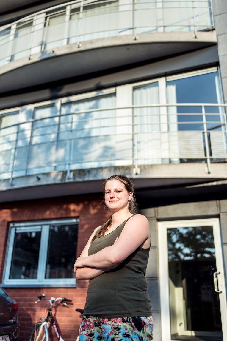 Hannelore (25) wil graag iets kopen, maar verdient niet genoeg, ondanks haar fulltimejob én een extra baantje op de markt. Beeld Tine Schoemaker