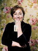 Cabaretière Karin Bruers bedacht het plan voor het Duveldorp, met een begijnhof met betaalbare woningen. De nieuwe eigenaar Dokvast neemt haar plan over.