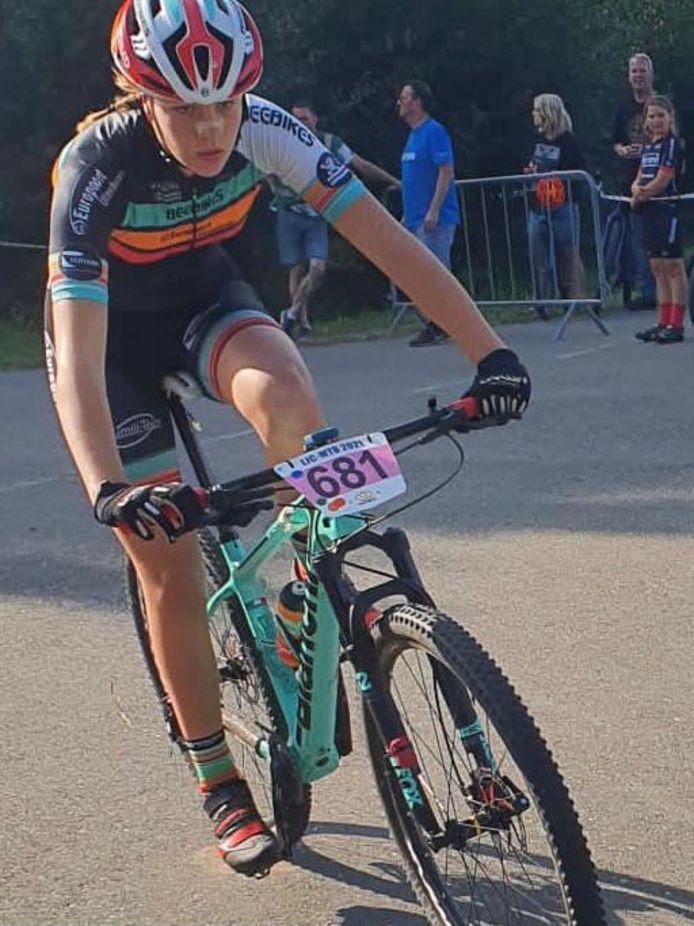 Melissa Nuijten in actie tijdens de afsluitende wedstrijd van de Landelijke Jeugd Competitie.