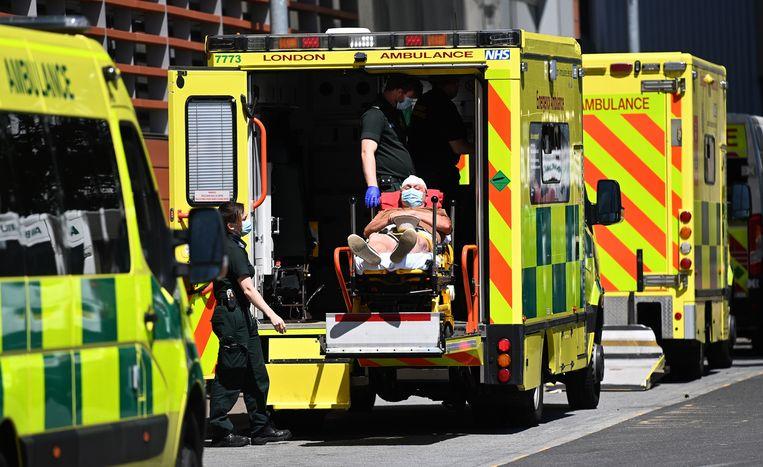Ambulances bij het Royal London Hospital in de Engelse hoofdstad. Beeld EPA