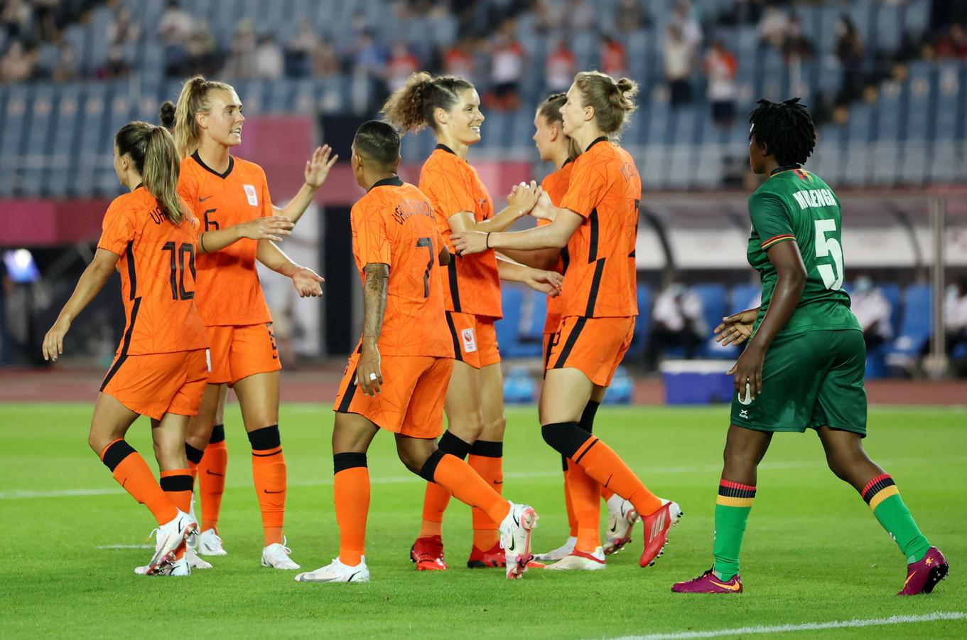 Vreugde bij Oranje na de 1-0 van Vivianne Miedema tegen Zambia.