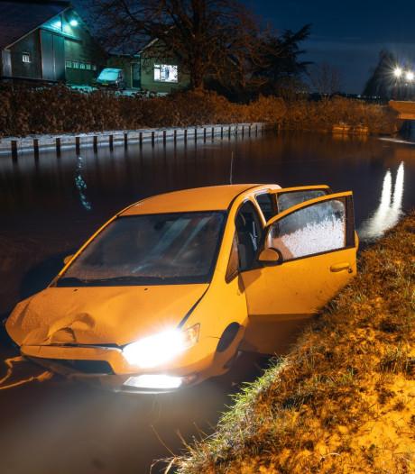 Auto botst tegen lantaarnpaal en belandt in sloot in Nieuw-Lekkerland