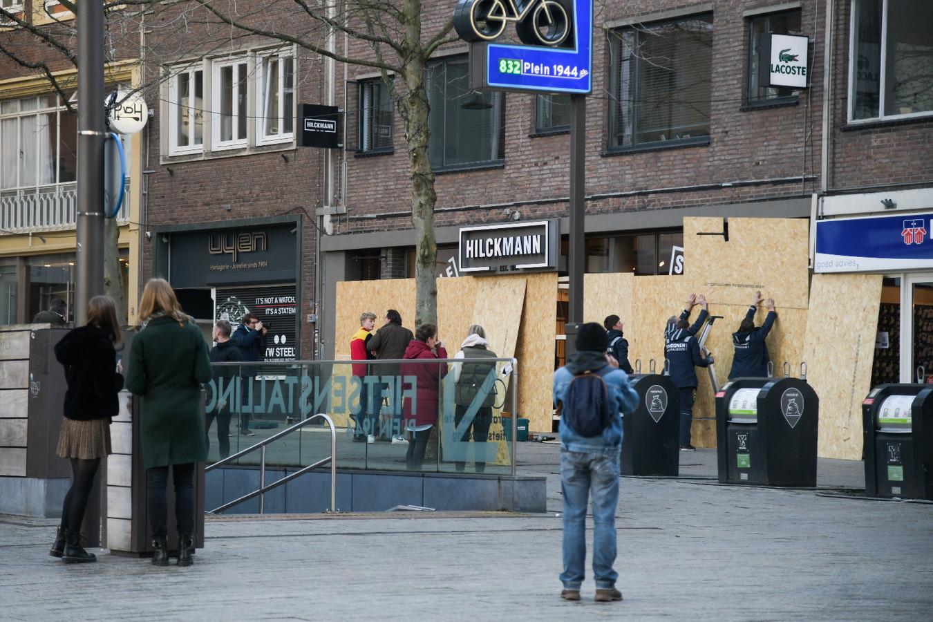 Winkeliers timmeren hun ramen dicht op Plein 44.