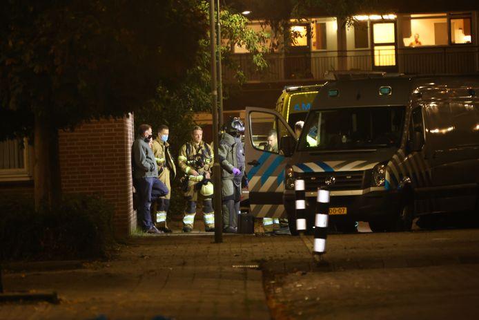 Een bomverkenner van de Explosieven Opruimingsdienst heeft een veiligheidspak aangetrokken om het Bossche appartement te kunnen betreden.