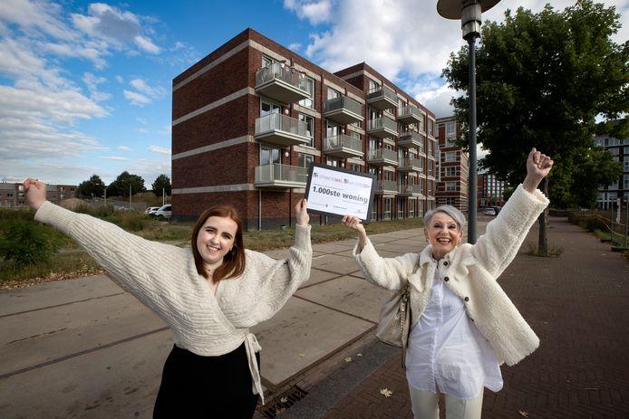 De 66 huurappartementen en 10 studio's die woningcorporatie Woonbedrijf op Suytkade in Helmond heeft gebouwd, zijn klaar. Alle woningen zijn verhuurd en de bewoners hebben er hun intrek genomen. Er zijn inmiddels al 1.000 woningen gebouwd in de wijk Annabuurt en Suytkade. Op de foto Femke Loomans (links) en moeder Susanne Ent.