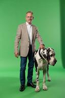 Wouter, hier met hond Brammetje, werd ook nieuw in de kleren gestoken dankzij een sponsor van de stichting.