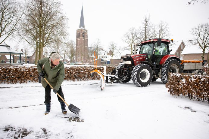 Sneeuwschuiven op de Gildewei in Diessen, in het klein en in het groot.