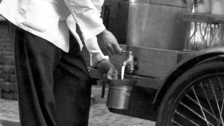 Bij de melkboer kon je 'losse melk' kopen. (FOTO UIT BESPROKEN BOEK) Beeld