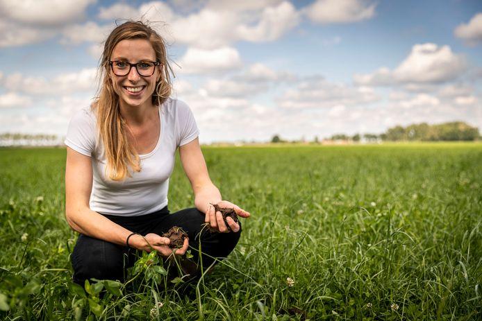 Jacqueline Ulen bestrijdt de droogte. Ze heeft een sub-irrigatie systeem aangelegd in de grond, waardoor ze effectiever droogte kan aanpakken.