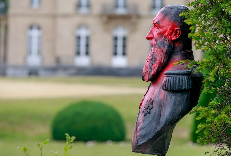 Overal worden beelden van Leopold II beklad met rode verf.  Beeld EPA