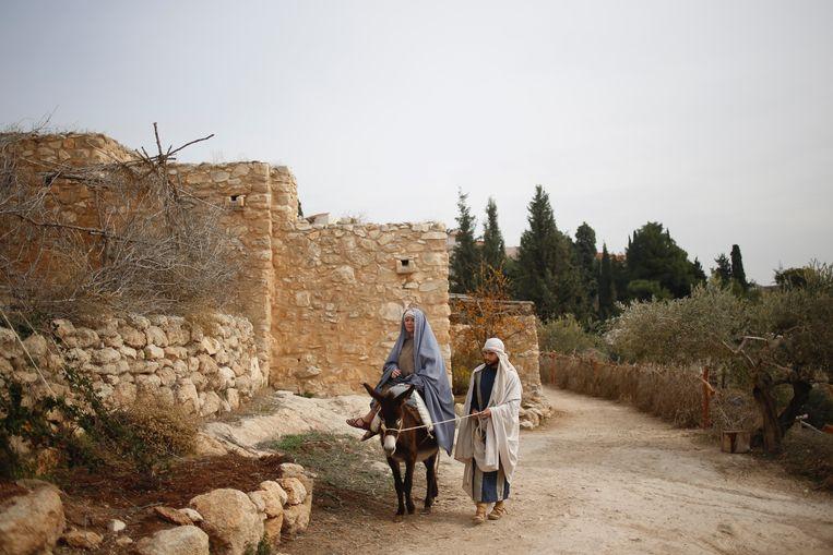 Acteurs spelen het kerstverhaal na: Maria zwanger op de ezel en Jozef aan haar zij. Beeld AP