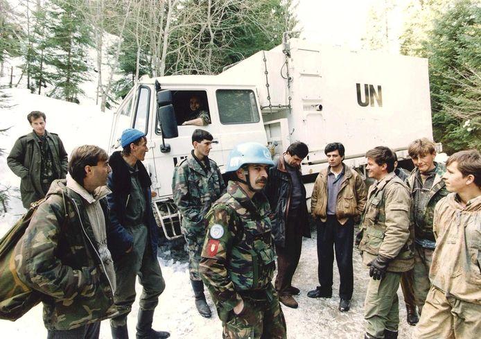 Nederlandse blauwhelmen spreken in maart 1994 met Bosnische moslims in Vares, Bosnië.