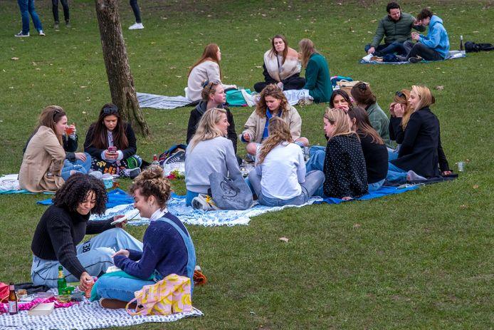 Het was in Park Lepelenburg rustiger dan eerder in de week, toen het warmer was, maar nog steeds lokt de lente studenten massaal naar het park.