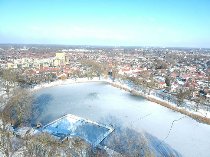 Een bevroren Tuindorpvijver in Hengelo.