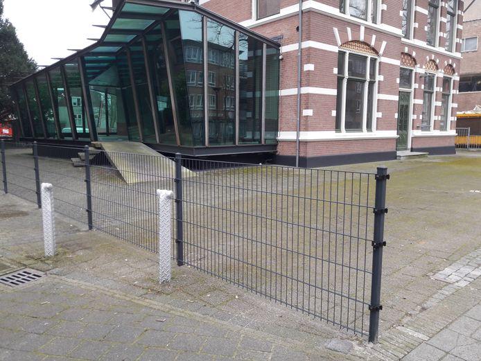 Het hek bij Villa Härtel.