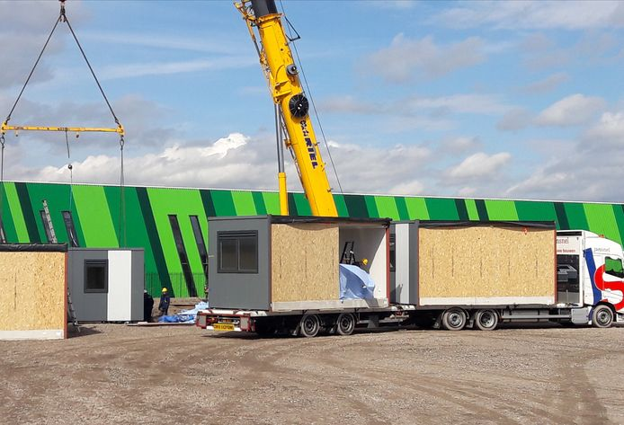 De eerste woonunits arriveren aan de prof. van 't Hoffweg in Waalwijk.
