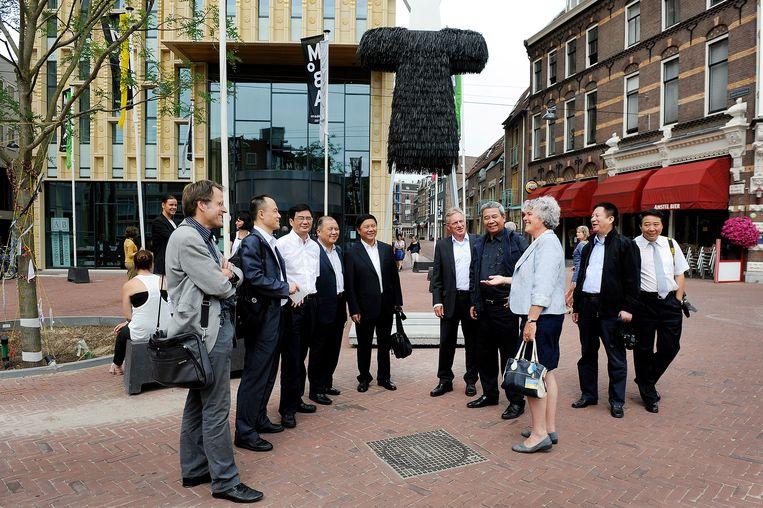 Toen de relatie nog goed was: Chinezen uit Wuhan op bezoek in Arnhem, juli 2013.  Beeld Hans Broekhuizen