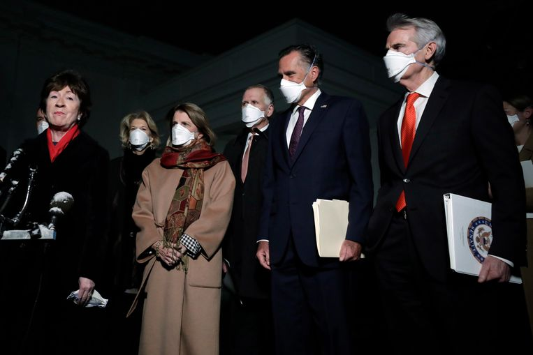 De Republikeinse senator Susan Collins (R-ME) spreekt na haar overleg met Amerikaanse president Biden de pers toe terwijl een aantal van haar partijgenoten toekijken. Beeld EPA