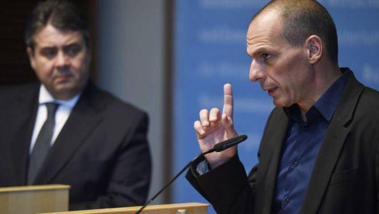 Griekse minister van Financiën Yanis Varoufakis (R) en de Duitse minister van Economische Zaken Sigmar Gabriel Beeld ANP