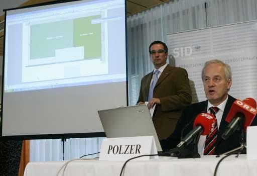Onderzoeksleider Polzer analyseert het appartementencomplex.