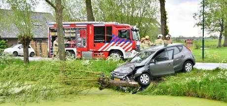 Auto rijdt boom uit de grond na botsing en belandt bijna in sloot