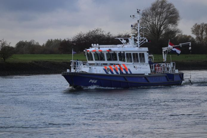 Er wordt op de IJssel bij Brummen onder meer in het water gezocht naar de vermiste man uit Hengelo met behulp van sonarboten.