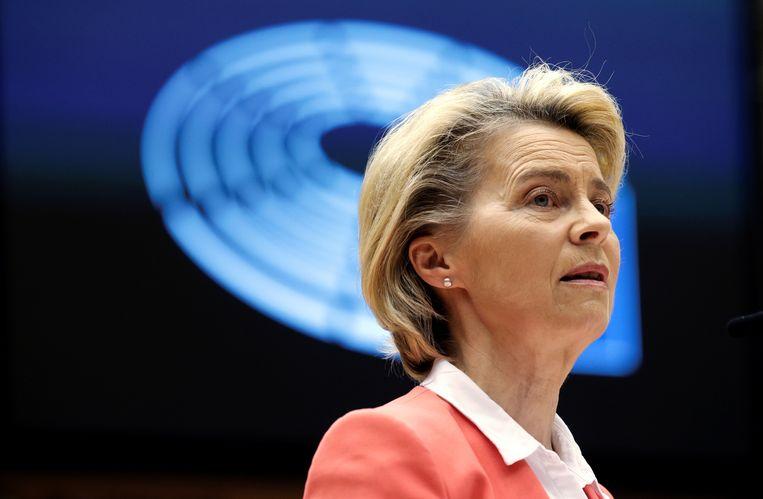 Commissievoorzitter Van der Leyen gebruikte tijdens het debat op 26 april meer dan een 'ehm...' om haar ongenoegen te uiten.  Beeld REUTERS
