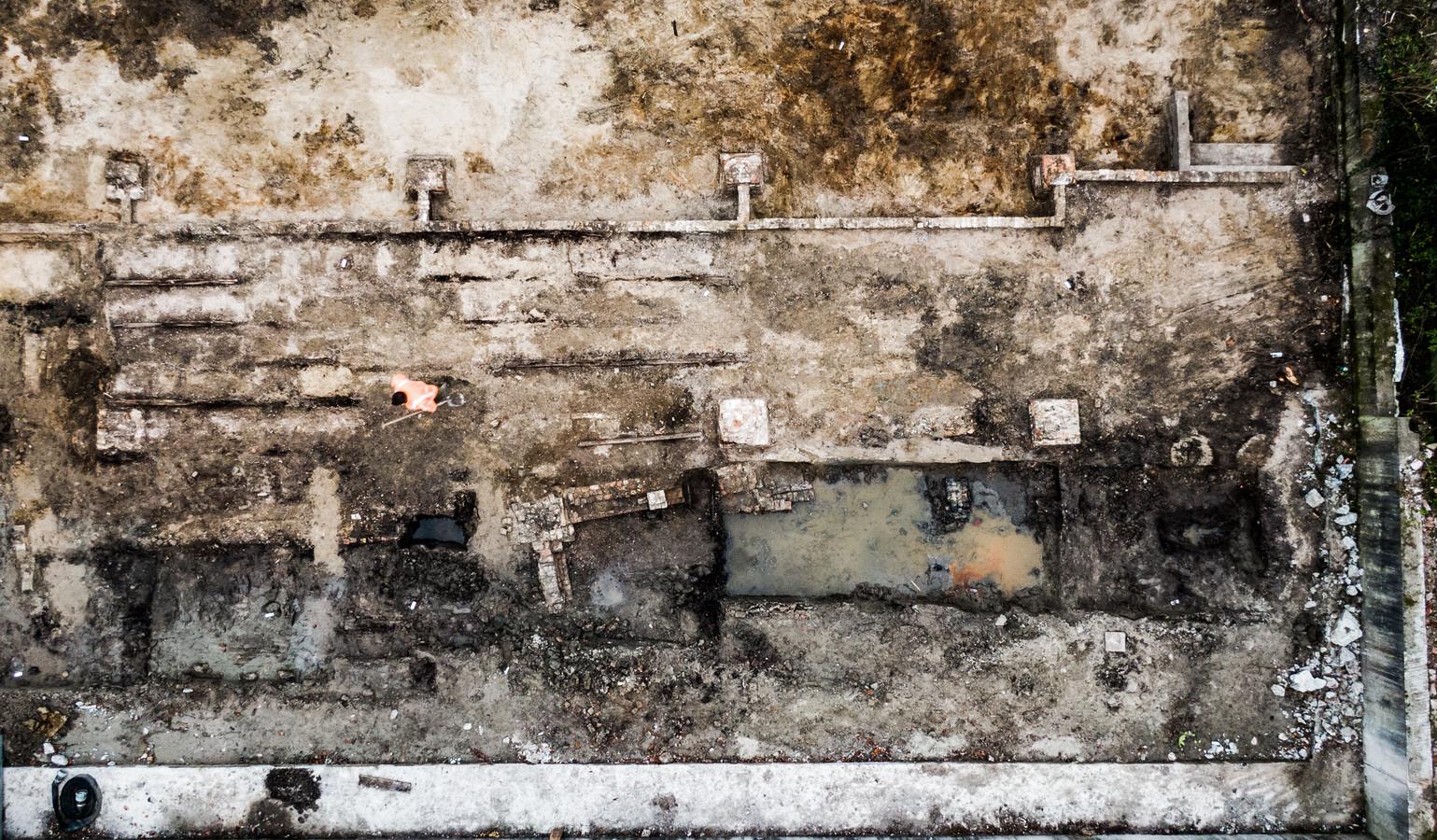 Aan het Schouteneinde in Puttershoek is tijdens sloopwerkzaamheden een fundering ontdekt van een schuur uit mogelijk de 17e eeuw.