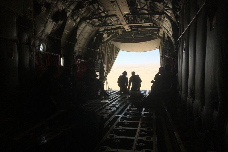 De Franse premier Jean Castex (r) op bezoek bij de Franse troepenmacht in Tsjaad. De missie heeft al aan 51 militairen het leven gekost. Beeld Hollandse Hoogte / AFP
