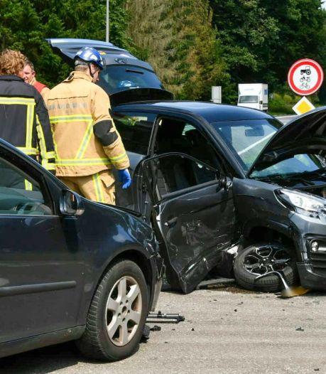 Twee gewonden bij aanrijding in Enschede tussen brommobiel en auto