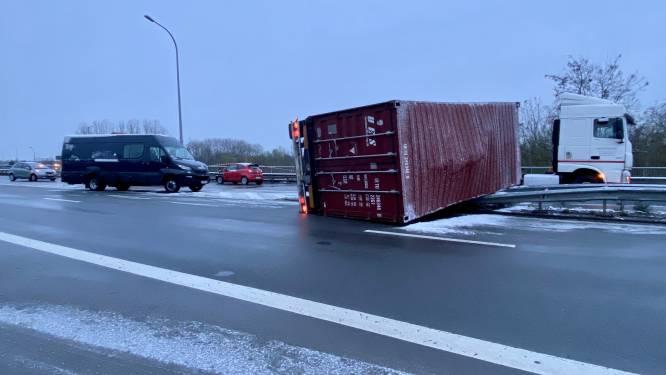 Vrachtwagen slipt en ramt andere gestrande bestuurders op oprit van E19: dode en zwaargewonde