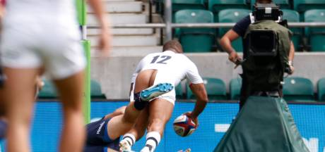 Engelse rugbyer komt met blote kont over de lijn, maar kan er net als commentator om lachen