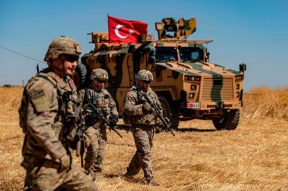 Amerikaanse en Turkse soldaten patrouilleren samen in het Syrische dorp al-Hashisha, in grensgebied met Turkije.