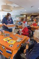 Hoewel er weinig gevierd kon worden door Corona, kregen de bewoners wel een oranjesoes uitgedeeld.