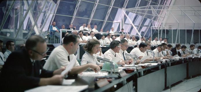De vluchtleiding van de maanmissie in 1969 (Scène uit de film Apollo 11).