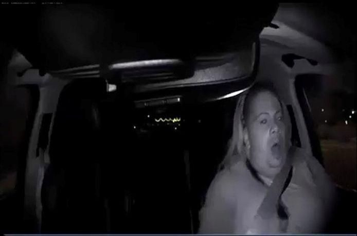De vrouw die voor de zekerheid achter het stuur zat, lette niet op zo blijkt uit de video