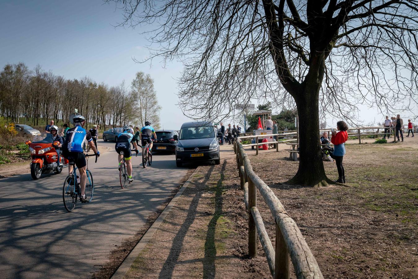 Archieffoto van Nationaal Park Veluwezoom nabij de Posbank. De personen op de foto's hebben niets met de verkeerscontroles van zondag te maken.