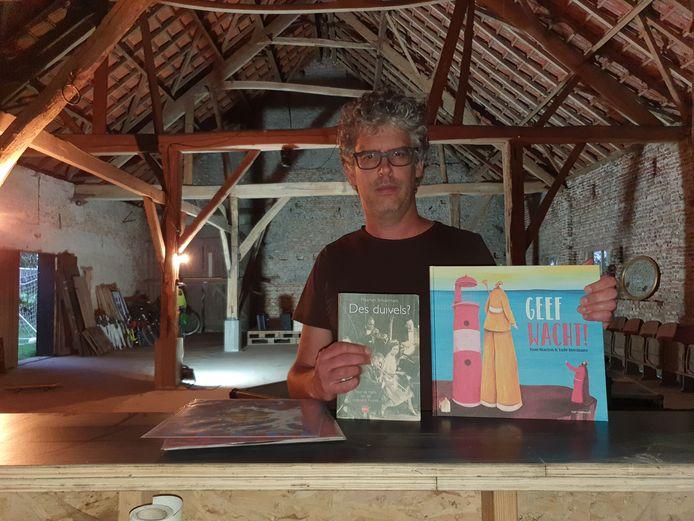 Maarten Schuermans met zijn boek 'Des duivels?' en het prentenboek Geef wacht.